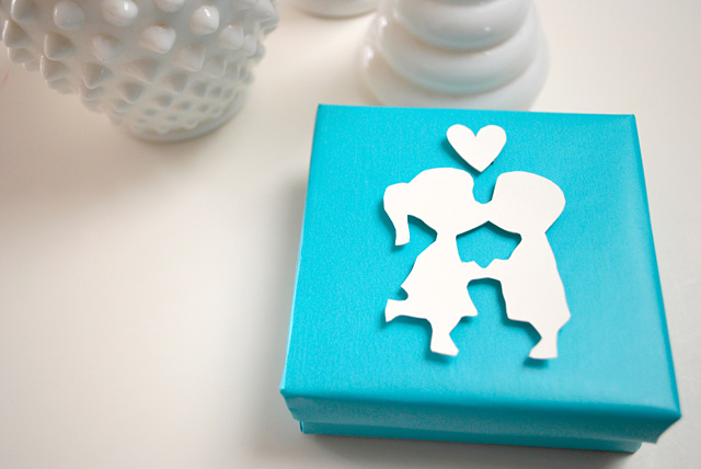 vintage-inspired-kissing-couple-box-wrapping
